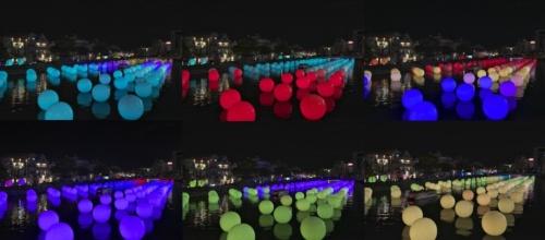 様々な色に変化していく球体。アートフェスティバルの期間中、新町川では夜間周遊船が運航され、船から作品鑑賞することもできた(写真:生田 将人)