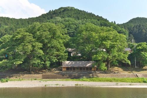 奈良県吉野町で2017年2月にオープンした「吉野杉の家」。Airbnbと建築家の長谷川豪氏、吉野町などで協働してつくり、地元の人々が運営管理を担う(写真:生田 将人)