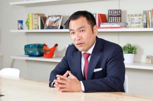 Airbnb Japanの田邉泰之代表取締役。1971年、大阪府生まれ。2013年にAirbnbシンガポール法人に入社。日本法人設立に参加した。14年、Airbnb Japan設立と同時に代表取締役に就任した(写真:山田 愼二)
