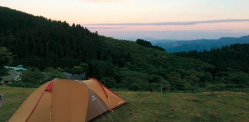 真夏でも風が涼しい標高950mに位置する「スノーピーク奥日田」キャンプ場(写真:スノーピーク)