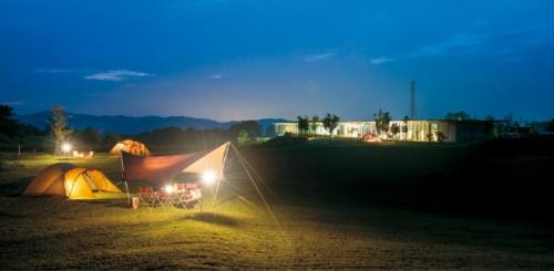 スノーピーク自慢のキャンプ場「スノーピーク Headquartersキャンプフィールド」。新潟県三条市にある本社敷地内に整備した。「ここが理想的なキャンプ場」と山井社長。草地をそのまま買い取って社長自らがデザインした(写真:スノーピーク)