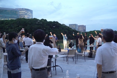 東京・竹芝で開催した「MIZUBEDE KANPAI 2020~新東京水面風景を味わう会」の様子(写真:2枚ともミズベリング・プロジェクト事務局)