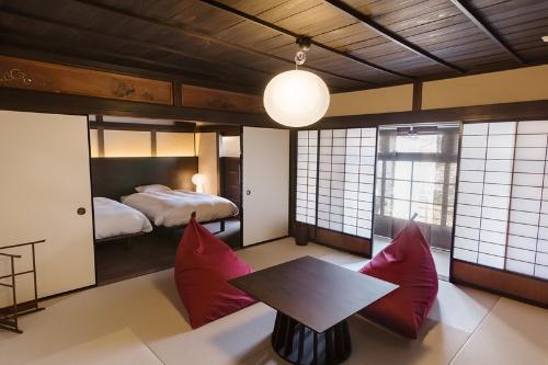 竹田城城下町ホテルEN(えん)の2階にある客室。ベッドルームと和室を備えている(写真:ノオト)