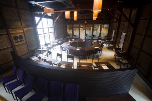 竹田城城下町ホテルEN(えん)のレストラン。元は発酵蔵で、太い梁やたくさんの柱、褐色に染まった土壁、丹波たたきの土間など歴史を感じさせる(写真:ノオト)