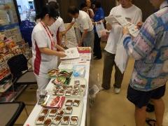 台東病院では、院内のコンビニに置く食品の表示・配置の工夫や病院祭の開催などを通して、 職員、患者、地域の健康づくりを行っている(注:病院祭の開催は2019年9月)(提供:地域医療振興協会)