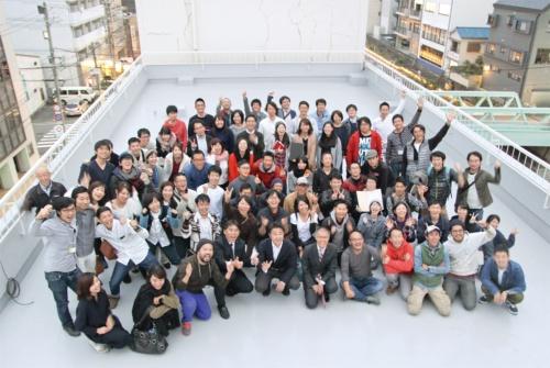 2016年11月11日から3日間にわたって開催された「第5回リノベーションスクール@和歌山」の参加者と嶋田洋平氏(前列左から3人目)。今回は、全体を統括する「スクールマスター」として関っている(写真:谷口 りえ)