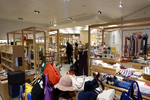 再開発の進む東京・日本橋に建設された複合商業施設「コレド室町テラス」の1階路面で展開する「日本百貨店 にほんばし總本店」。全国から選りすぐった食品、雑貨、伝統工芸品など1500アイテムがそろう。店内ではワークショップや実演販売などの企画も取り入れている(写真:日経BP総研)