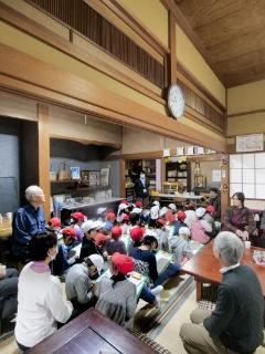 「実家の茶の間・紫竹」は年齢や国籍にかかわらず誰でも受け入れる。取材当日は近くにある小学校の2年生が高齢者と触れ合っていた(写真:加藤康)
