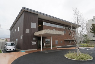 宿泊6室を備える産前産後ケアセンターの外観。以前は県の温泉宿泊施設だった場所に建つ(写真:編集部)