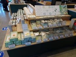左は島田市のシティプロモーション「島田市緑茶化計画」のウエブサイト。緑茶化計画のロゴマークやイメージカラー「緑茶グリーン」を使いながら、市内外に向けて発信していこうという取り組みだ。KADODE OOIGAWAでも、同計画のロゴをあしらった商品を販売する(右写真)など、連動したプロモーションを展開している(左画像:島田市、右写真:赤坂 麻実)
