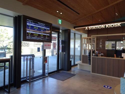 門出駅のキオスクは、KADODE OOIGAWAのレストラン棟の一角にある。大井川鐵道の名物であるSLは門出駅には停車しないが、ホームやレストランから走行する姿が見られる(写真:赤坂 麻実)
