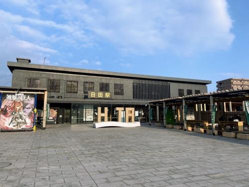 JR日田駅外観。2019年4月にリニューアル・オープンした駅前広場は「賑わいと憩いの場」としての役割を担う(写真:萩原詩子)