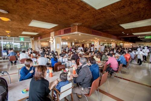 老若男女問わず多くの人で賑わうマルカン大食堂(写真:上町家守舎)