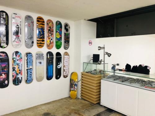 プレオープン中のスケートボードショップ(写真:日経BP総研)