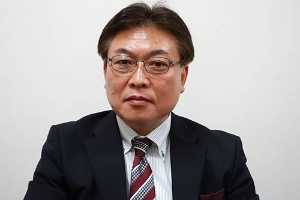 川西市総合政策部副部長の作田哲也氏。「2病院の統合で地域医療を守りたい」と語る