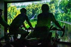 デジタル映像に合わせてバイクを漕ぐサイクルワークアウトスタジオと「コワーキングゾーン」(提供:ビバ&サンガ)