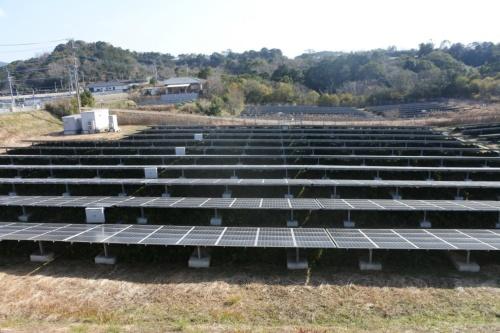 図4●長崎市の遊休地を利用した。太陽光パネルは東芝製、パワーコンディショナー(PCS)は東芝三菱電機産業システム(TMEIC)製を採用した