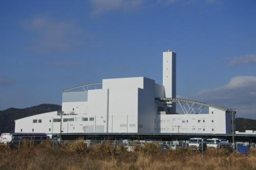 図8●西工場の外観。処理能力240t/日のストーカ炉で一般廃棄物を焼却し、発電出力は5.2MWだが、系統連系して売電できる容量は3.5MWに制限されている。設計施工は三菱・フジタ・菱興特定建設工事共同企業体