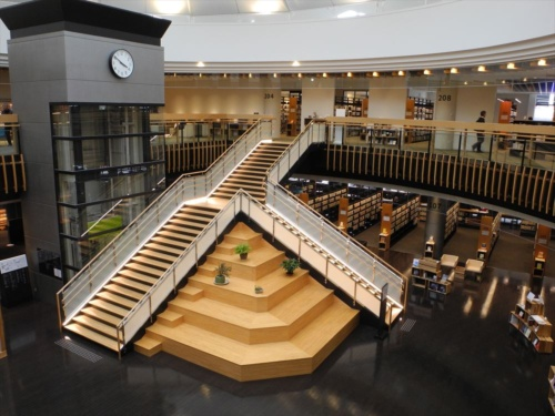 図書館の内部。センターモール時代にエスカレーターが設置されていた吹き抜けには階段を設置した。座席数は500以上、所蔵資料は約30万冊を数える(写真:茂木俊輔)