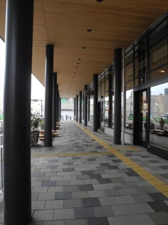 雨に濡れずに回遊できるようにする工夫の一つ。既存建物の外周に回廊のような空間を新しく生み出した(写真:茂木俊輔)