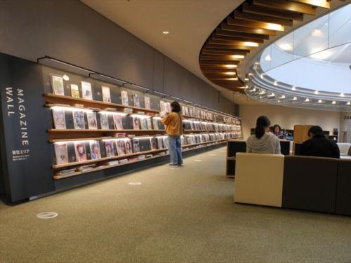 図書館2階の雑誌エリア「MAGAZINE WALL」。所蔵する約160タイトルの雑誌が壁一面にずらりと並ぶ(写真:茂木俊輔)