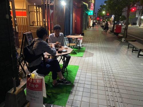 「SAGAナイトテラスチャレンジ」初日の様子。新型コロナの影響でなかなか人通りが戻らない歩道にテラス席が設けられた(画像:佐賀県)