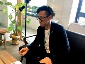 佐賀県政策部政策チームさがデザインの江島宏推進監。さがデザインは、「人のくらし、まち・地域を心地よく豊かなものにすること」を目的として、クリエーターらと協働し県の施策にデザインの視点を導入することをミッションとしている(写真:唐松奈津子)