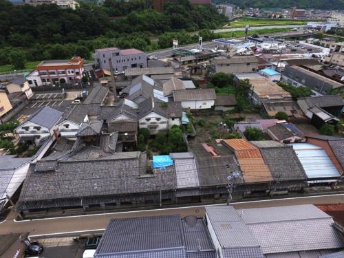 空撮した現地の様子。ブルーシートの右隣から4軒が今回の整備対象(写真:津山市)