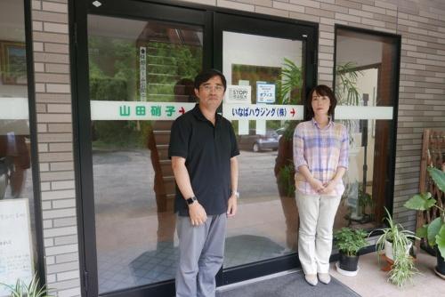 いなばハウジング代表取締役社長の山田真也氏と取締役の山田美和子氏夫妻。美和子氏がもう一人の社員と共に同社SNSの主担当を務めている(写真:高山和良)