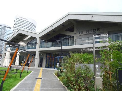 Hi-NODEの建物外観。二つ連なった三角屋根が特徴。二階建てで各フロアに飲食店舗が入居している。延べ面積887.12m2(写真:赤坂 麻実)