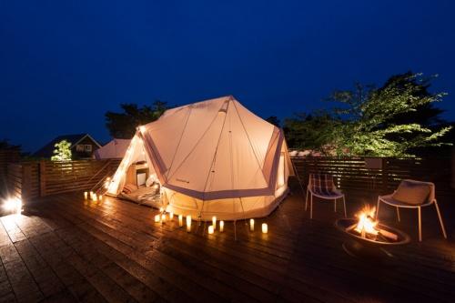夜間はほどよくライトアップ。テントは北欧発のアウトドア用品ブランド「ノルディスク」のもの(写真:コスモスイニシア)