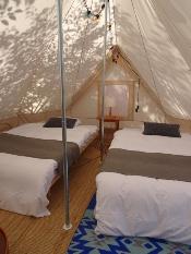 テントの中は十分な広さがあり、冷暖房も完備している。内装は北欧風。開業前にはインスタグラマーを招待してSNSでの広報にも努めた(写真:2点とも赤坂 麻実)