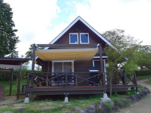森の緑に包まれた「FOREST CABIN」は2ベッドルームが特徴(写真:赤坂 麻実)