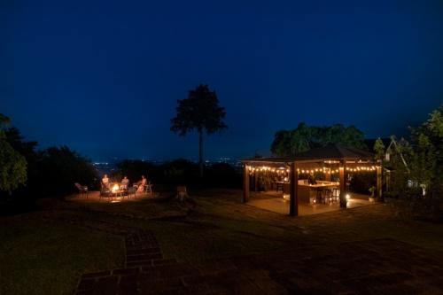 ファイヤープレイスでは、マシュマロを直火であぶって食べる「スモア」体験を提供(写真:コスモスイニシア)