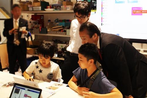 コンピュータクラブハウス加賀で、子供たちの活動を見守る加賀市の宮元陸市長(写真:加賀市)