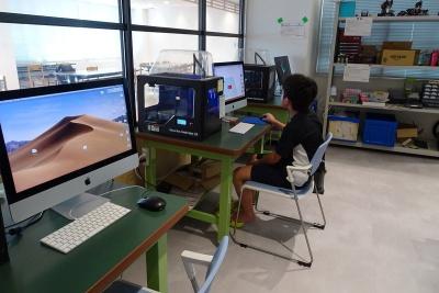 コンピュータクラブハウス加賀の様子。子供たちは好きなことをしながら先端技術に親しむ(写真:赤坂麻実)
