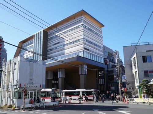 2020年7月に供用を開始した池上駅。以前は平屋1階建ての駅舎だったが、5階建ての駅ビルに。商業施設、保育施設などが入居するエトモ池上は2021年春に開業する。ビルには区立図書館も入居予定だ(写真:日経BP)