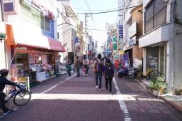 人通りが多い駅前の商店街(写真:日経BP)