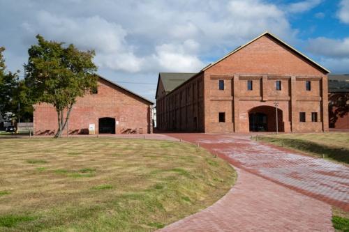 弘前れんが倉庫美術館のミュージアム棟(右)とカフェ・ショップ棟(左)。周辺の緑地を併せた敷地面積は1万1539m2に達する(写真:村上 昭浩)