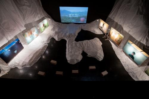 吹抜けの大空間では、寺山修司を題材にした作品「帰って来たS.T.」を展示。2階から展示スペースを眺めると、青森県の形に見える(写真:村上 昭浩)