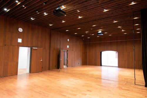 映画上映やダンスレッスン、トークイベントなどに使える多目的スタジオ。このほか、3Dプリンターなどを備えたものづくりスタジオ、楽器演奏ができる音楽スタジオがあり、有料で貸し出している(写真:村上 昭浩)