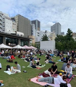 芝生広場が賑わう休日の南池袋公園(写真:日経BP総研)