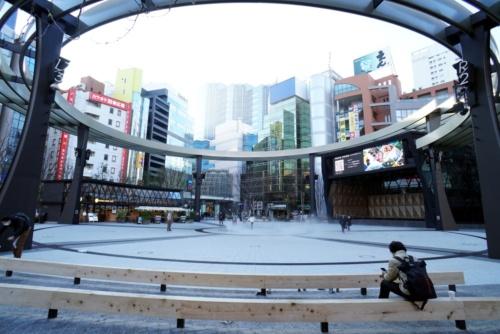 池袋西口公園は、「グローバルリング」と名付けた劇場空間が売り。面積は3123m2。向かって左側にカフェ、右側に舞台がしつらえられている(写真:日経BP総研)
