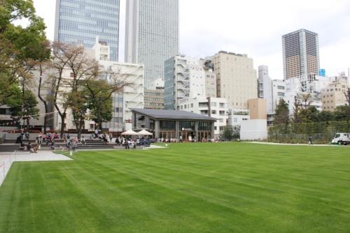 池袋駅東口から徒歩5分ほどの位置にある南池袋公園の面積は約7800m2。東京電力の変電所を地下に移設した復旧費用で、区の支出は実質支出ゼロ円でリニューアルを施し、2016年4月にオープンした(写真:日経BP総研)