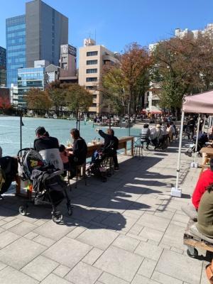 養生中で芝生広場が全面立ち入り禁止でも賑わう南池袋公園(写真:日経BP総研)