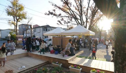 「小規模公園活用プロジェクト」のモデル公園の1つ、西巣鴨二丁目公園のリニューアル・オープン日(2019年12月14日)の様子。隣接する集会室「区民ひろば西巣鴨第一」のイベントとも重なり、親子連れを中心に多くの人が集まり賑わった(写真:日経BP総研)