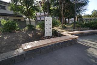 上り屋敷公園の石積みに沿って設置されたベンチ