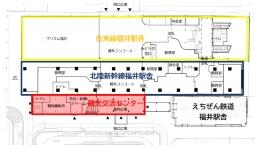 配置図(上図)。観光交流センターの屋内広場と駅舎の柵外コンコースは一体の空間となり、東西の広場へ通り抜けできる。右は平面図と施設内イメージ(資料:福井市)