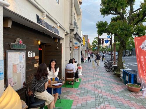 初日の様子。普段は人通りの少ない歩道にテラス席が設けられて賑わう(画像:佐賀県)