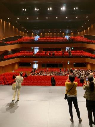 舞台からホール客席を見上げる(写真:日経BP総研)